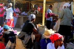 Los colores abundan en el mercado haitiano en Pedernales. Foto: Jeremy Hance.